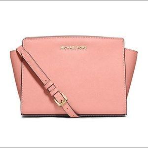 MICHAEL KORS Selma Crossbody Bag in GRAPEFRUIT